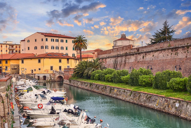 5 cose da sapere per visitare Livorno, il più grande porto della Toscana: da La Venezia ai 4 Mori, storie e curiosità sulla città labronica.