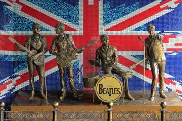 """Sabato 21 novembre alla Villa Medicea di Artimino Beatlesmania Night, con la tribute band """"BeaFour"""". Cena a buffet, mood e dress code ispirati ai Sixties."""