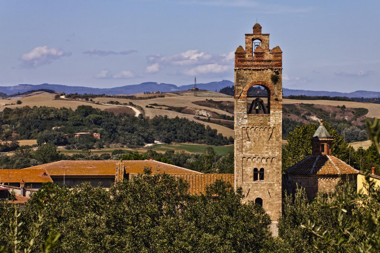 Asciano è uno dei più famosi borghi toscani delle Crete Senesi: scavi archeologici, opere d'arte, panorami mozzafiato e viuzze medievali