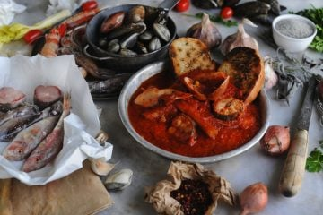 Piatti tipici livornesi: cacciucco, baccalà alla livornese, 5 e 5, tramezzini e ponce alla livornese. Cinque piatti tipici di Livorno tra mare e terra.