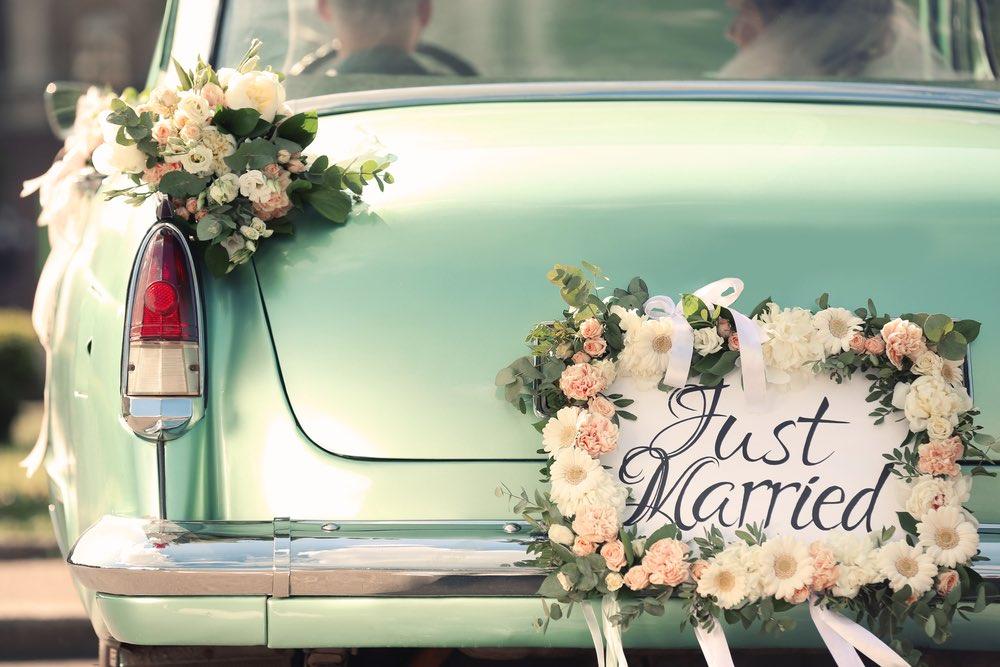 Macchina degli sposi con decorazioni floreali