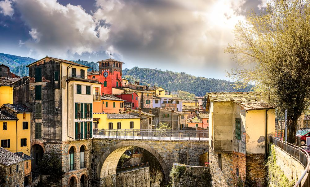 Ponte di ingresso e Torre dell'Orologio del borgo toscano di Loro Ciufenna