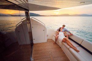 Coppia in viaggio in nozze su una barca di lusso