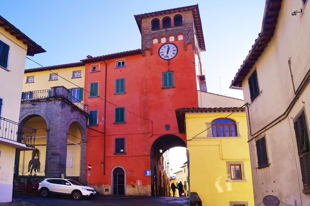 La Torre dell'Orologio di Loro Ciufenna, borgo toscano nel Valdarno Superiore