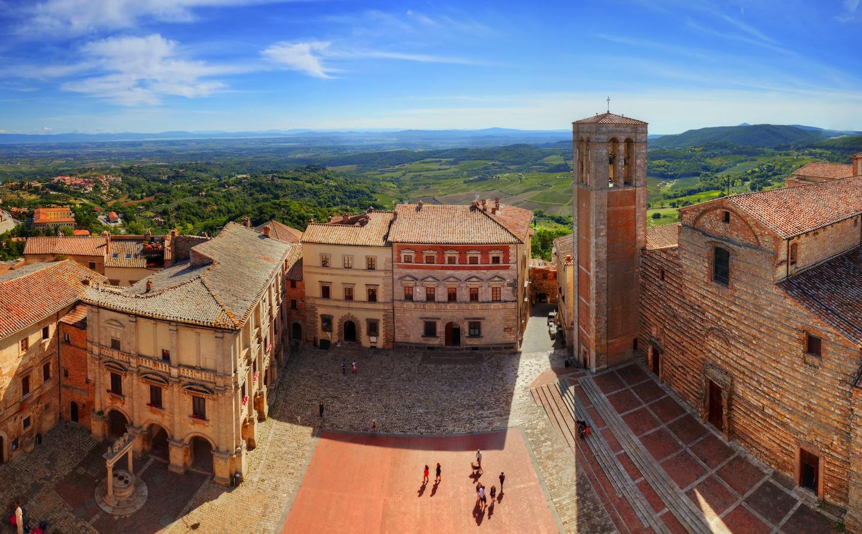 Veduta aerea di Piazza Grande a Montepulciano e delle colline circostanti