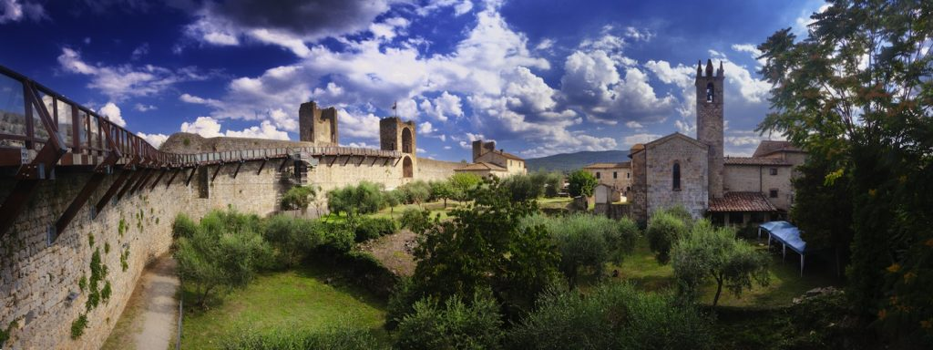 La Toscana è una perla racchiusa tra alte montagne e il blu del Mar Tirreno. 8 sono i luoghi da non perdere se vi trovate a visitare questa terra incantata.