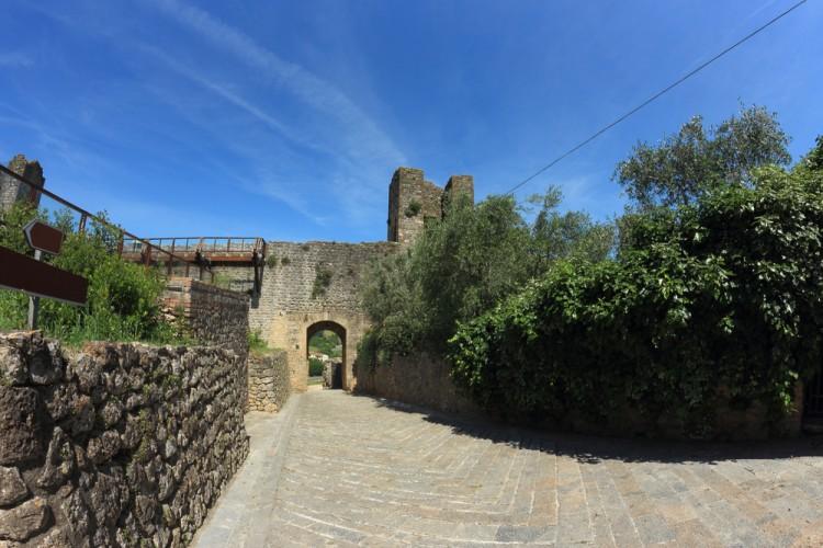 Monteriggioni è un borgo fortificato completamente intatto in Toscana immerso tra le dolci colline del Chianti senese, scenario della Festa Medievale