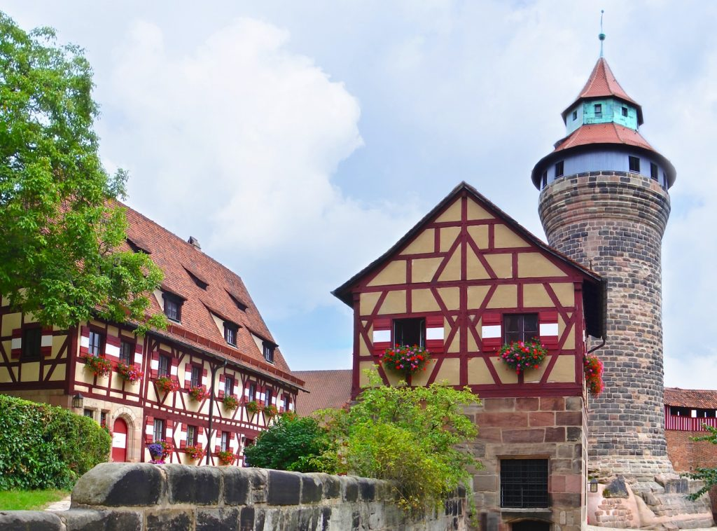 Weekend a Norimberga per conoscere l'autentica Baviera. Una città sospesa tra passato e presente, dove la Storia, si lega a modernità e antiche tradizioni.