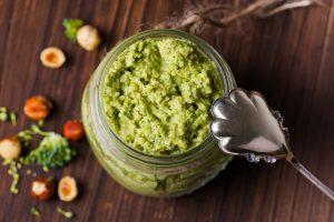 Ricetta: Caserecce al finto pesto di broccoli, mandorle e pancetta fatta con i gambi e le foglie dei broccoli. Una ricetta facile, veloce e deliziosa.