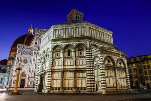 Il Corteo di San Zanobi si tiene a Firenze il 26/01 in onore del santo a cui è intitolata la Colonna di San Zanobi in Piazza Duomo, davanti al Battistero
