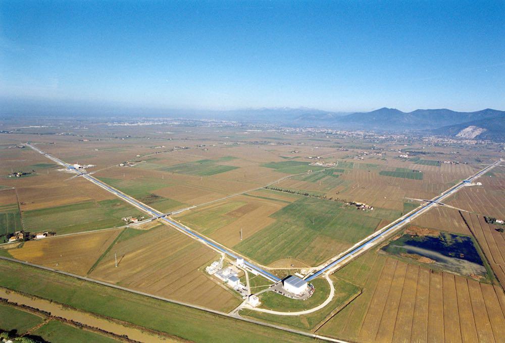 L'interferometro di Cascina a Pisa è lo strumento con cui i fisici hanno scoperto le onde gravitazionali, confermando empiricamente la teoria di Einstein