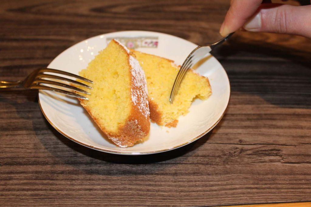 La Schiacciata alla Fiorentina è sicuramente uno dei simboli del carnevale a Firenze. Farina, zucchero, uova, olio evo, latte, è uno di quei dolci della tradizione fiorentina che evoca la cucina semplice e naturale della mamma. Soffice, morbida e gustosa, vi stupirà nella versione accompagnata da un'ottima Orange Curd.