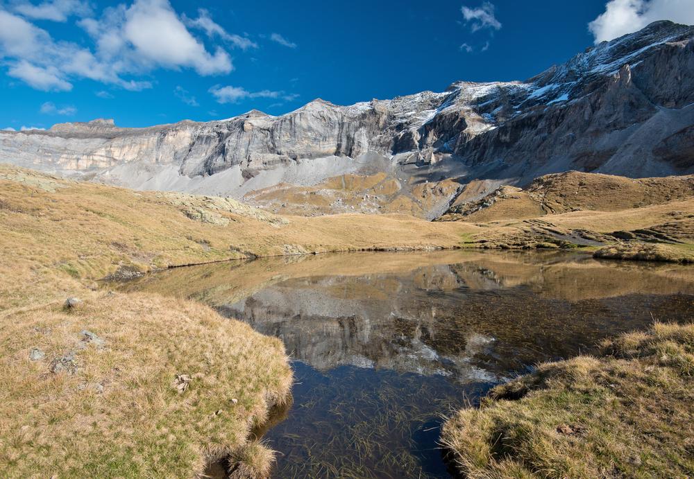 Tour degli Alti Pirenei, distretto della regione del Midi Pyrénées in Francia, al confine con la Spagna, tra alte montagne, verdi vallate e laghi incantati