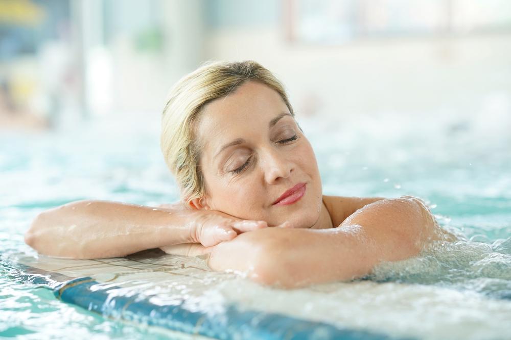 Signora in una piscina termale in Toscana