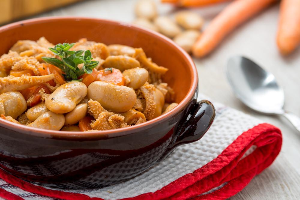 La Zuppa di trippa e fagioli è un'antica ricetta toscana: piatto saporito e semplice da realizzare che impiega la tecnica della vasocottura