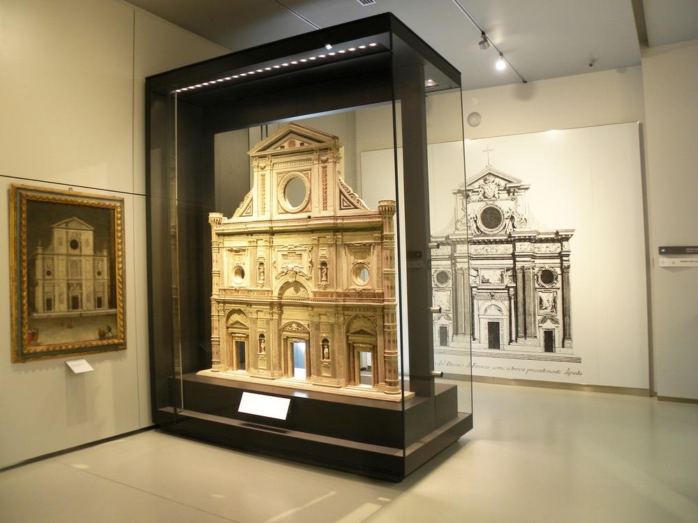 Museo dell'Opera di Firenze: la parete di marmo con i nomi degli artisti