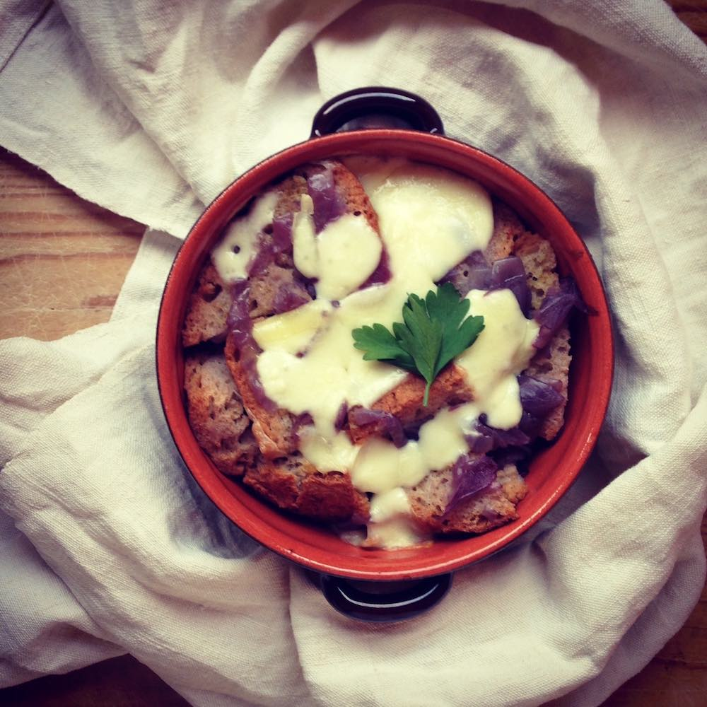 Carabaccia (dal greco Karabos: guscio concavo) è una zuppa di cipolle fiorentina che Caterina De' Medici portò in Francia, dando origine alla Soupe d'Oignon