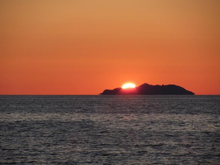 L'Isola della Gorgona, ultima isola-carcere italiana, dal 2016 è tornata accessibile ai visitatori con tour organizzati in partenza da Livorno