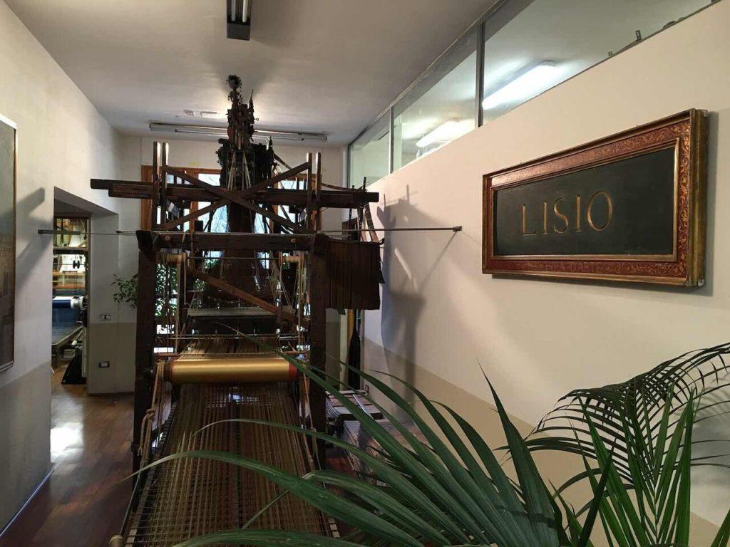 La Fondazione dell'Arte della Seta Lisio di Firenze produce manifatture di altissimo livello artigianale: sete, broccati e velluti destinati all'alta moda ed all'arredamento.