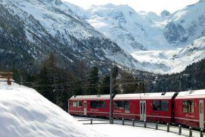 Il Trenino Rosso del Bernina collega Tirano con St. Moritz attraverso la ferrovia più alta d'Europa, dichiarata Patrimonio Mondiale dell'Umanità nel 2008.
