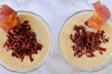 La Mousse di Melone con croccante di Prosciutto Bazzone della Garfagnana è una ricetta semplice e sfiziosa che rivisita uno dei must delle tavole estive.