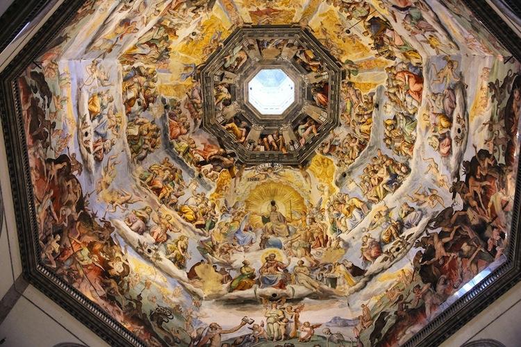 Lo gnomone del Duomo di Firenze è lo strumento astronomico che misura il tempo illuminando per il solstizio d'estate il disco di marmo sul pavimento.