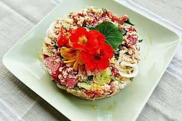 La Panzanella toscana è un piatto tipico della tradizione contadina a base di pane raffermo. Ricetta estiva dai colori mediterranei e i sapori dell'orto