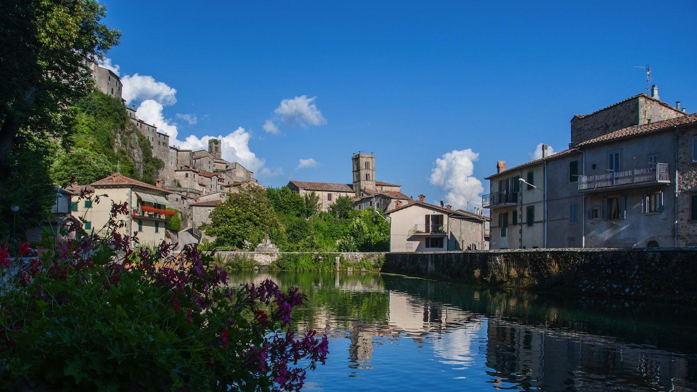 La Peschiera di Santa Fiora è uno specchio d'acqua sul Monte Amiata, vicino all'omonimo paese, ideale per un rilassante weekend in Toscana.