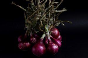 Confettura di cipolle rosse di Certaldo: selezionati ingredienti per racchiudere in un vasetto di vetro tutto il sapore e la dolcezza della cipolla di Certaldo. Cipolle di Certaldo, foglie di alloro, aceto balsamico per aromatizzare, succo di limonee zucchero uniti assieme danno vita ad una confettura deliziosa