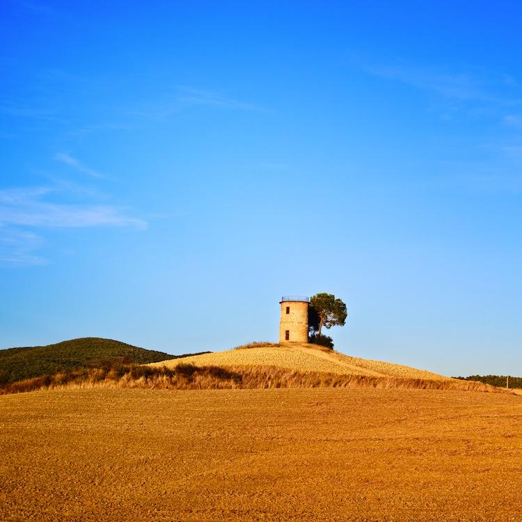 Il Parco Naturale della Maremma è una riserva naturale della Toscana, un territorio antico in equilibrio tra uomo e natura, che nasconde storia e leggende.