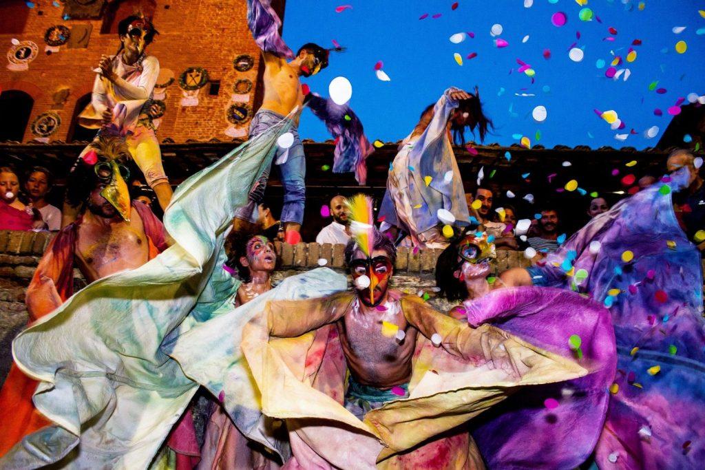 Mercantia nel 2017 compie 30 anni e Certaldo, il borgo toscano che ospita questa kermesse di teatro di strada, festeggia con La Grande Festa