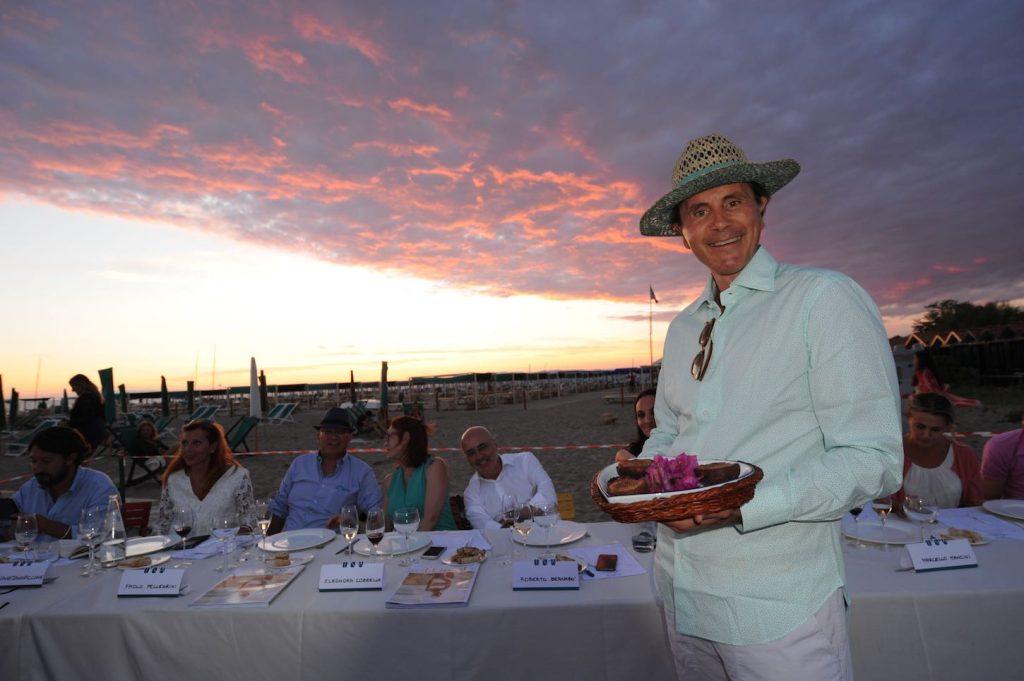 A tavola sulla spiaggia 2016 cibo e vino per un inno all amicizia - Un ampolla sulla tavola ...