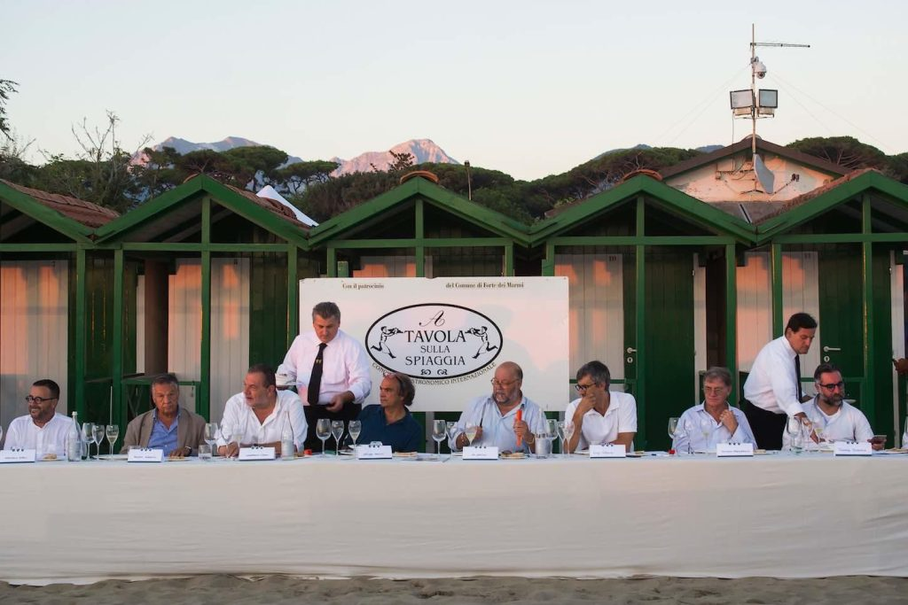 A tavola sulla spiaggia piatti premi e partecipanti della - Bagno elena forte dei marmi ...