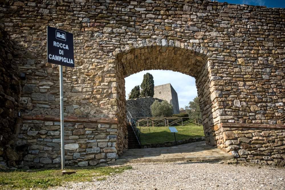 Ingresso alla Rocca di Campiglia Marittima