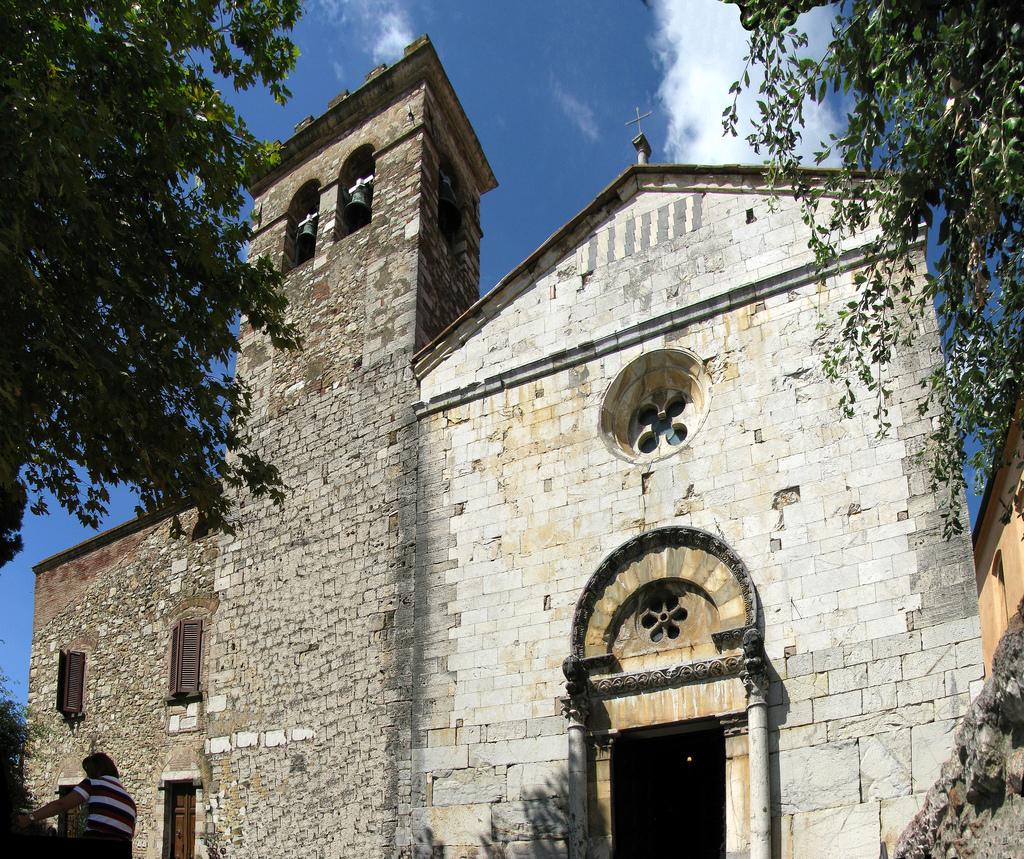 Suvereto è un borgo in provincia di Livorno, stretto tra la Val di Cornia e la Costa degli Etruschi, luogo ideale per una vacanza in Toscana