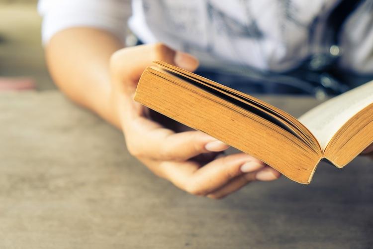 Leggere fa bene? Leggere aiuta i bambini a diventare persone miglior? E se sì, perché? Le nostre risposte tra dati scientifici e buon senso.