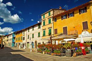 Gaiole in Chianti è un borgo medievale nel Chianti, una meta ideale per un weekend romantico in Toscana tra dolci colline e antichi castelli