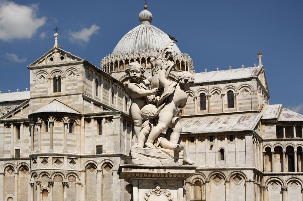Piazza dei Miracoli a Pisa è uno dei capolavori architettonici della Toscana. Conosciuta per la Torre, rappresenta un'allegoria della vita