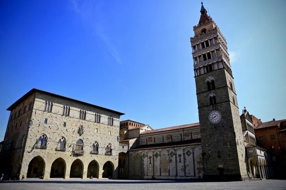 Piazza Duomo a Pistoia: Cattedrale, Campanile e Palazzo dei Vescovi