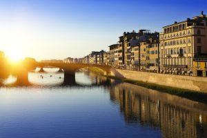 I ponti di Firenze sono uno dei simboli della città e il più vecchio risale alla sua fondazione. Li percorriamo dal porto fluviale di Signa