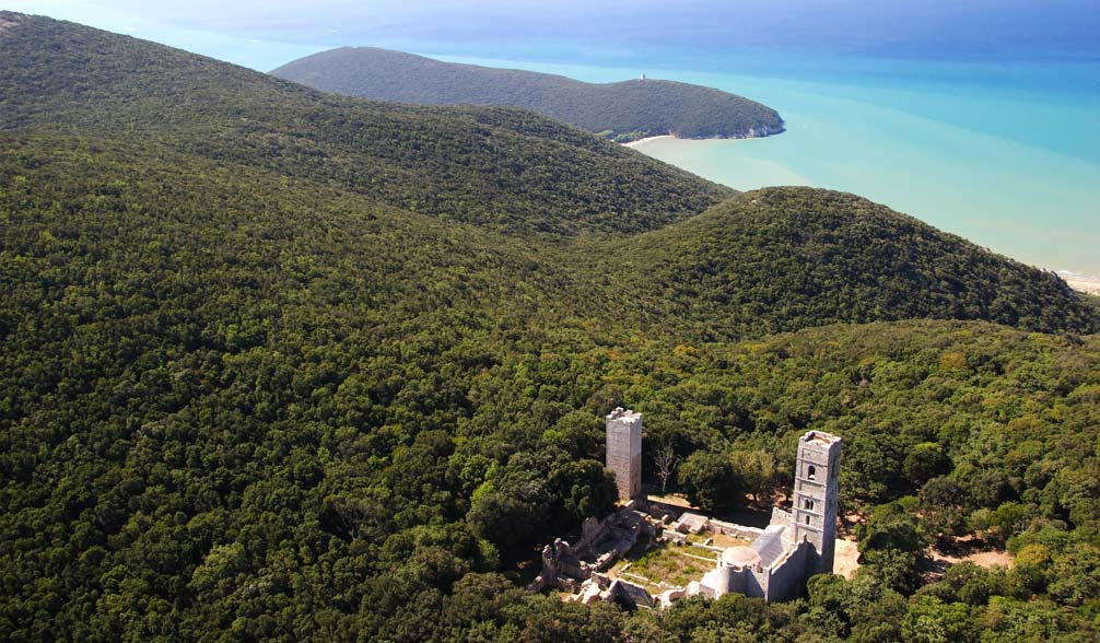 L'Abbazia di San Rabano si trova nel Parco della Maremma (o Parco dell'Uccellina). Molte sono le leggende su questo luogo ricco di fascino.