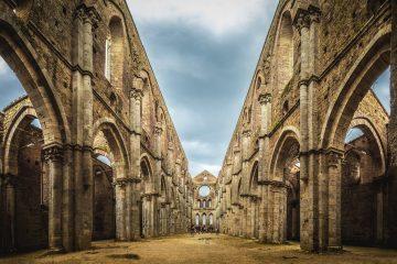 Nell'Abbazia di San Galgano e nell'Eremo di Montesiepi, Siena, si può vedere l'autentica spada della roccia e magari trovare il Santo Graal.
