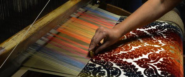 L'arte della seta fiorentina è un'antica tradizione che si intreccia con le trame della storia, fino alla lotta tra guelfi bianchi e neri