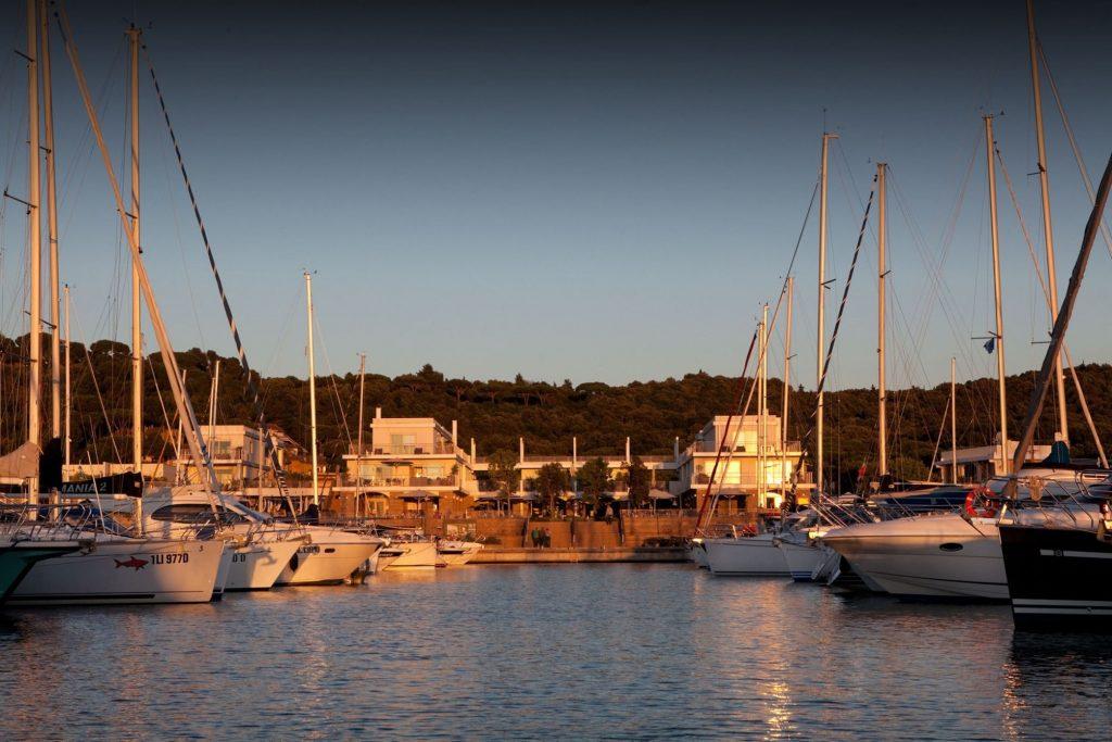 Marina di Scarlino, porto turistico della Toscana alle porte della Maremma, ospita Baia Scarlino Resort con la sua fornita Galleria Commerciale