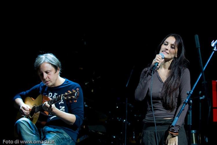 Marilena Catapano è una cantante e cantautrice che ha scelto la Toscana come casa. Con il duo That's Amore ha animato la V° Supper Club