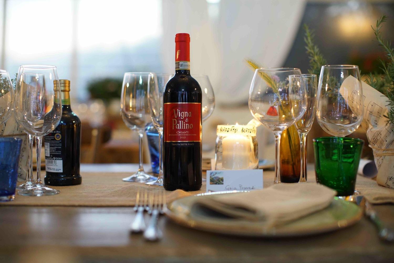 La Tenuta Sette Ponti si trova nel Valdarno di Sopra, in Toscana, e tra le sue etichette conta vini di pregio quali. l'Oreno, il Crognolo, Vigna dell'Imperatore