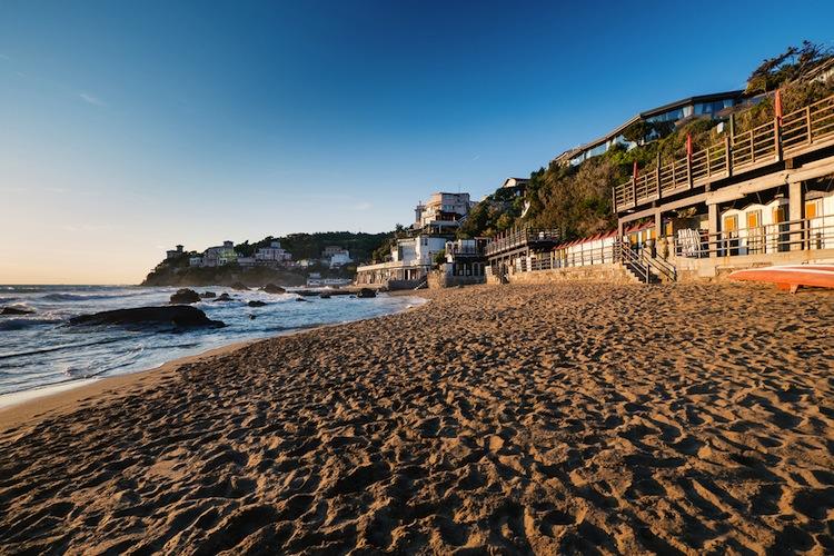 """Castiglioncello si trova sulla costa livornese davanti all'Arcipelago Toscano. Da sempre meta di vacanze dei VIP è stato il set de famoso film di Dino Risi """"Il Sorpasso""""."""