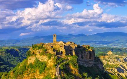 Civita di Bagnoregio è un affascinante e scenografico antico borgo nella Regione Lazio, vicino al confine con la Toscana, chiamato anche la città che muore.