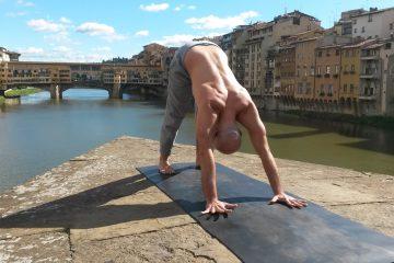 Yoga Garage è la scuola di yoga a Firenze dove la scelta delle location delle lezioni è centrale: dalle cappelle ai tetti di antichi palazzi