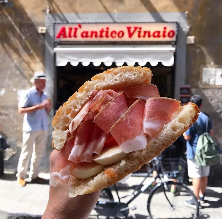L'Antico Vinaio è uno dei migliori locali a Firenze dove mangiare panini con salumi e formaggi toscani, accompagnati da un bicchiere di vino